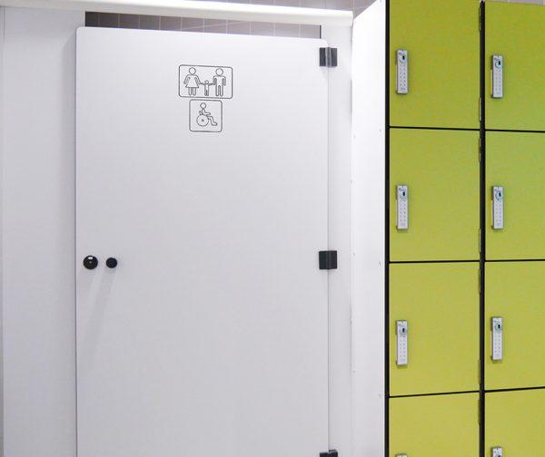 gravure sur porte de cabines sanitaire
